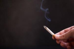 女性吸二手烟的危害当心引发不孕不育